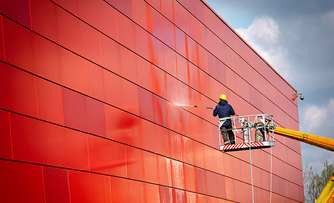 Professionelle Gebäudereinigung eines roten Gebäudes