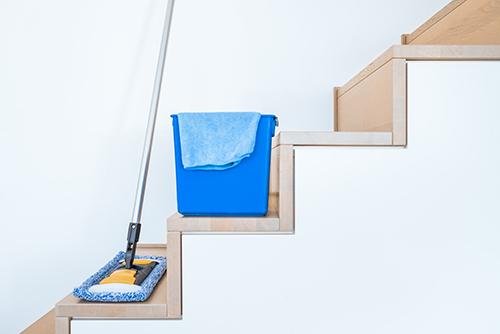 Putzutensilien stehen auf Treppe
