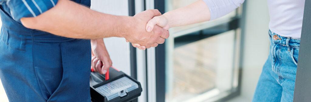 Hausmeisterservice in Stuttgart - Kunde und Dienstleister schütteln sich die Hände